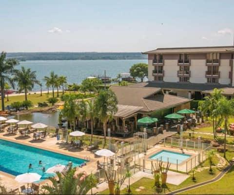 Apartamento em resort beira lago
