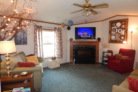 Spacious, 2-BR 2-Bath Appalachian Paradise!   :) - Harrisville - บ้าน
