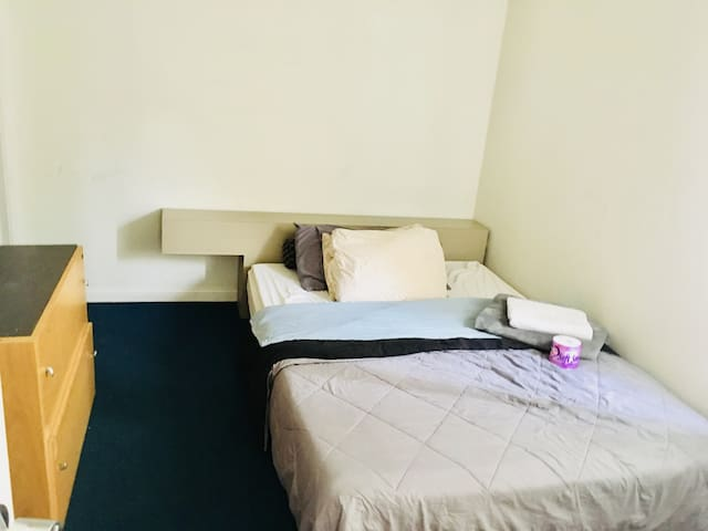 Private Room with Private Bathroom in Mid-City LA
