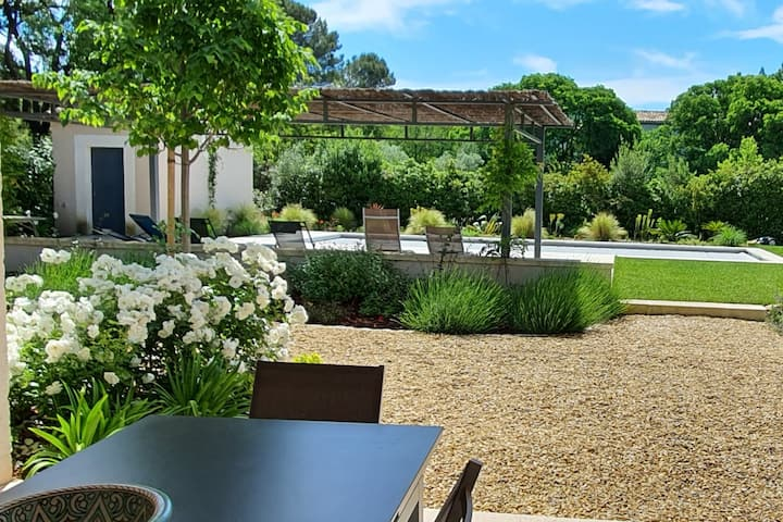Villa avec maison d'amies, piscine, jardin, patio