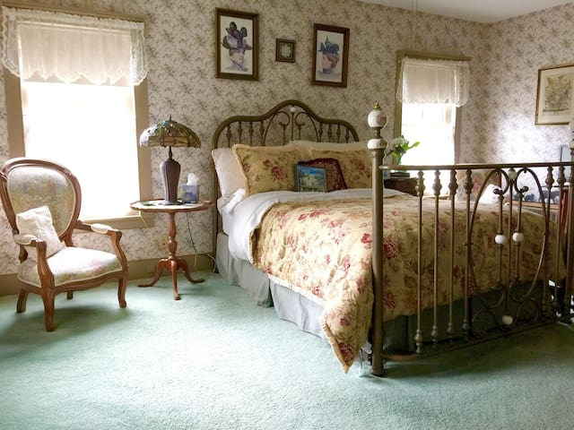 The Rittenhouse Room at the Widow McCrea House B&B - Frenchtown