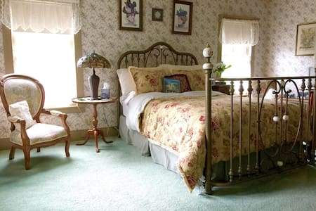 The Rittenhouse Room at the Widow McCrea House B&B - Frenchtown - Bed & Breakfast