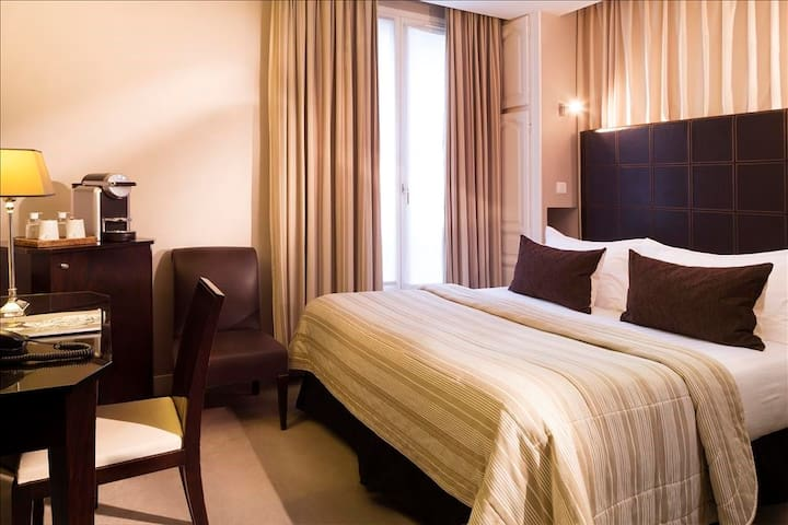 2 Adjacents Rooms for 4 people, close to Opera and the Louvre with breakfast included