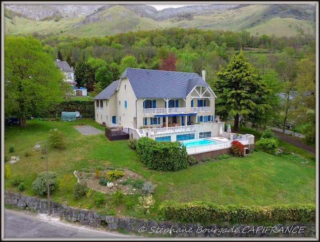 Bright and spacious. Luxury villa in the Pyrenees