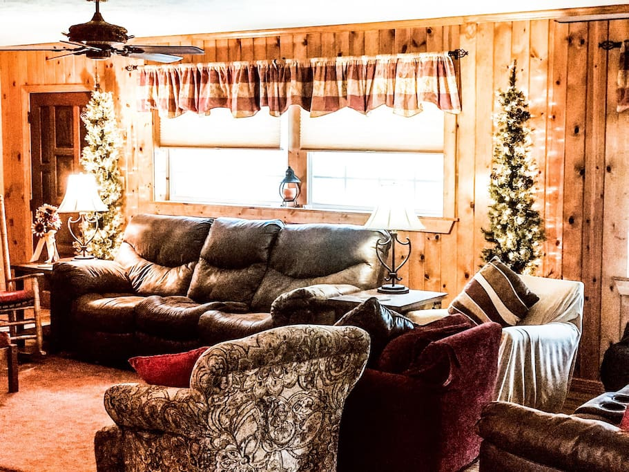 Warm, inviting, CABIN in CENTRAL Florida! Plenty of Seating and Easy to enjoy your favorite movie on the big screen TV mounted for easy viewing, Offering AppleTV, Smart TV Netflix, Prime and YouTube Apps.
