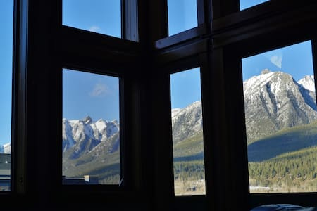 Sleeps 6-9! ARTISTIC decor, wifi, WALLS OF GLASS - Canmore
