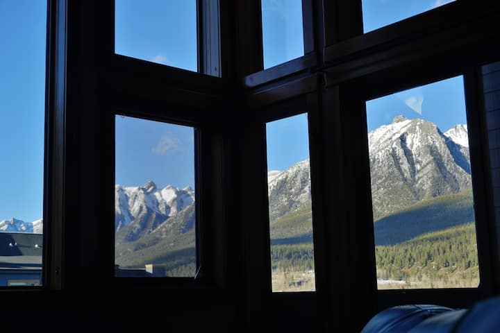 Artistic ambience, soaring windows/views, parkpass