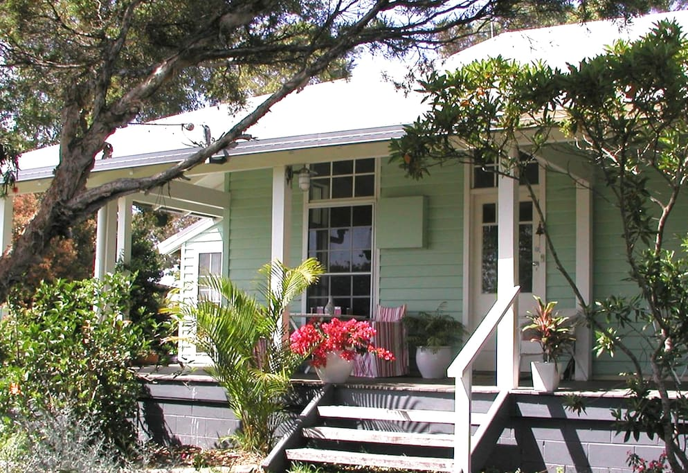 HuskissonBnB is an original 100 year old Australian weatherboard cottage with a wide verandah.