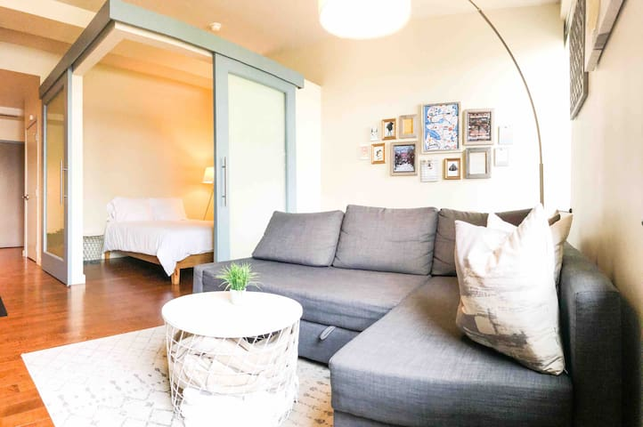 Cute Comfy Pike Place 1 Bed Flat with Sleeper Sofa