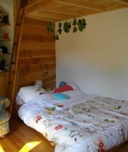 Chambre privée proche nature, maison chaleureuse - Die - Erdhaus
