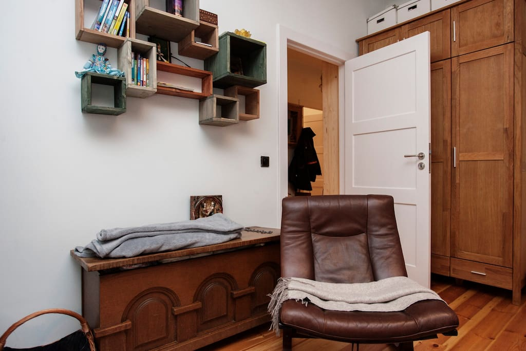 Das Wohnzimmer ist in gemütlichen Holztönen eingerichtet