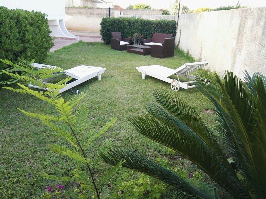 giardino anteriore attrezzato