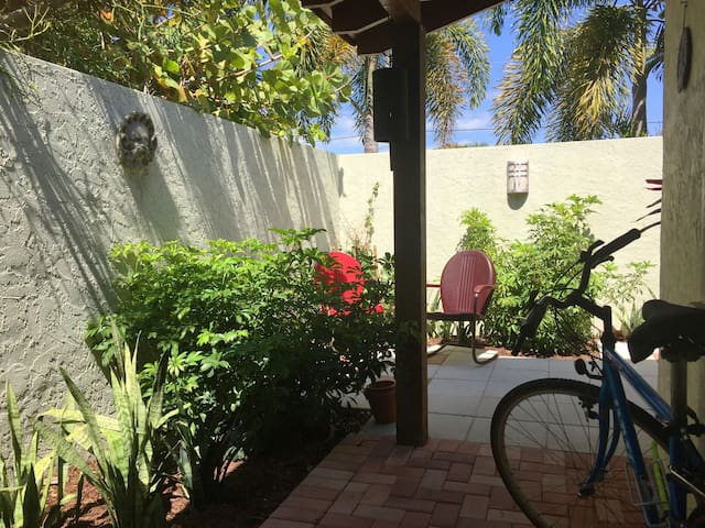 Lido Key Bungalow:  walk to beach and St. Armands