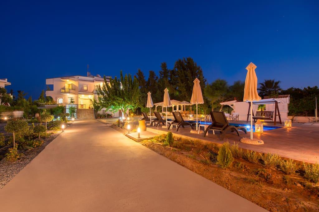 Villa am Abend mit Beleuchtung und Pool