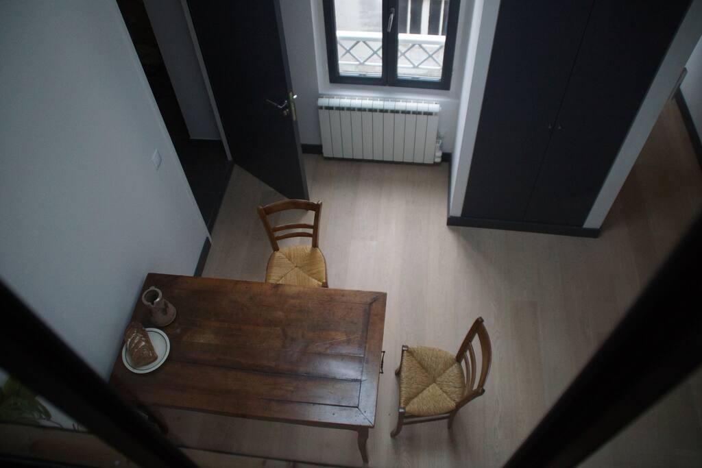 Le coin salle à manger, vu de la mezzanine où se trouvent les chambres