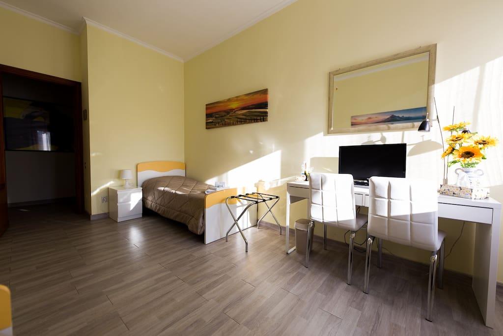 """stanza doppia """"Girasole"""" con bagno privato esterno, possibilità 3° letto"""
