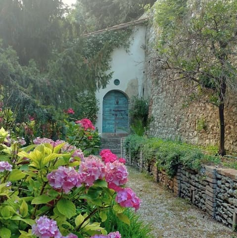 Tiny House in a Secret Garden, 45 min from Rome