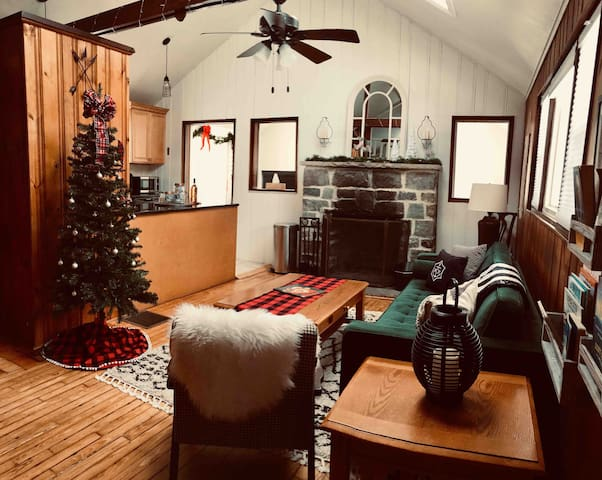 Cozy Cabin w/ Fireplace near Mountain Creek resort
