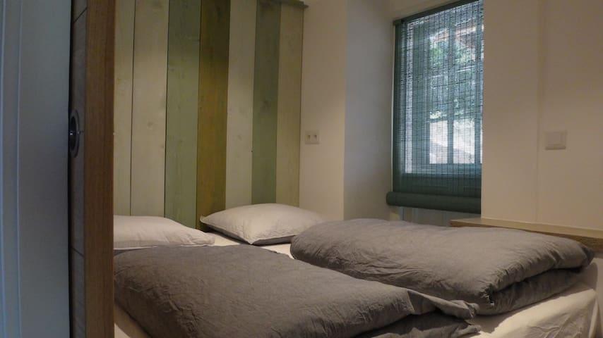 2-pers. slaapkamer met matrimonial (180x200) bed.
