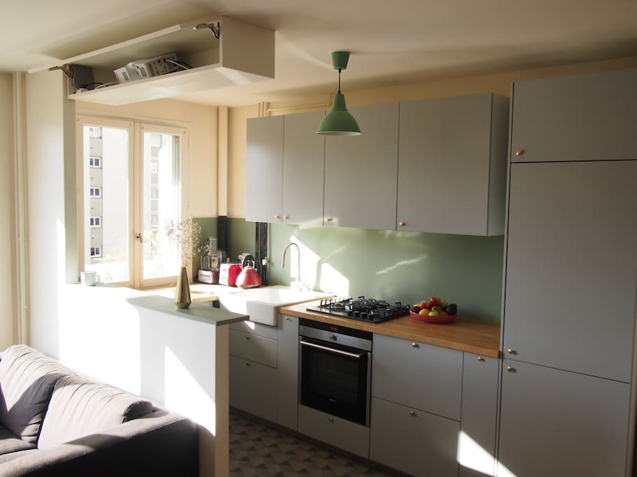 The kitchen. On the top, the film projector to watch movies in the living-room / La cuisine. En haut, le vidéoprojecteur pour regarder des films dans le salon