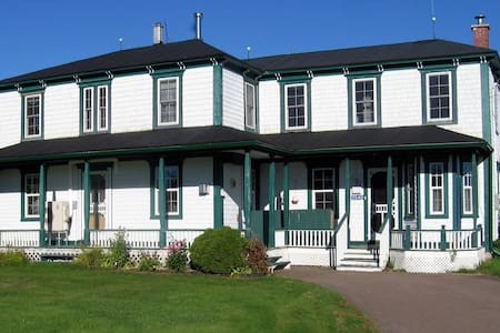 FIDELE'S HOUSE -- Pioneers' Room - Acadieville - Bed & Breakfast