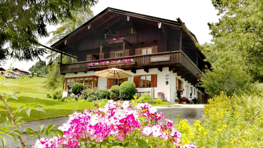 HOCHDÜRRNBERG SCHLENKEN Bed and Breakfast