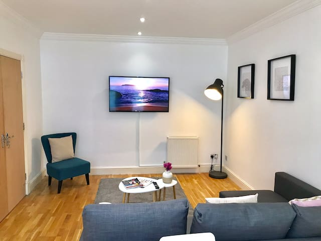 20% OFF! Spacious 2 bed Holborn Station ***