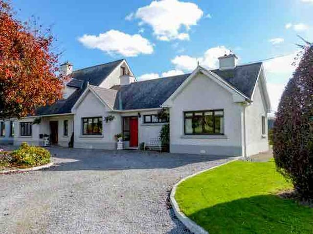 Heavenly home. Amazing Irish welcome. Sleeps 6.