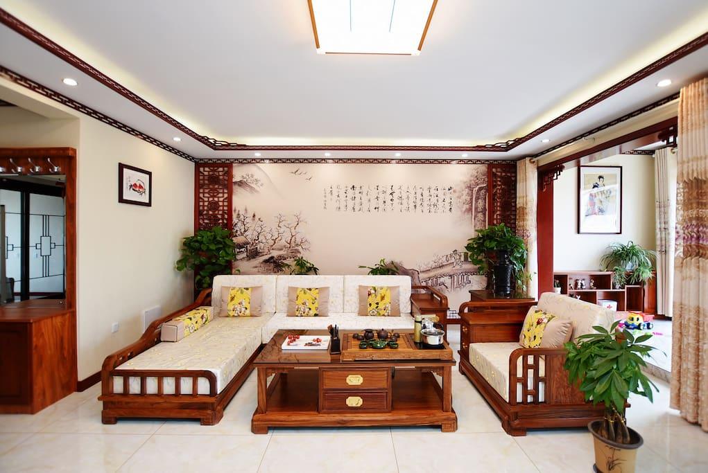 绿植映衬的红木沙发高档大气清雅奢华。