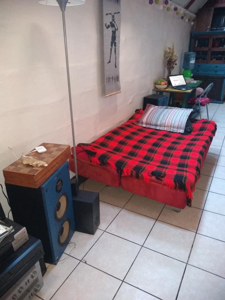 Cómodo y completo sofá cama, en espacio compartido