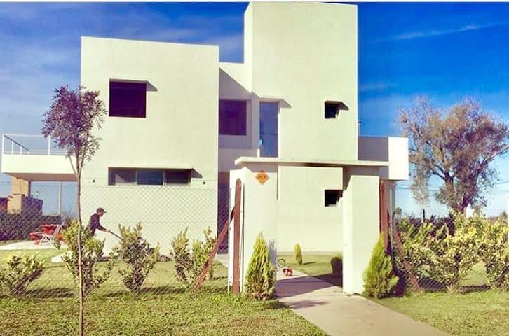 Moderna casa con pileta y parrilla en Funes