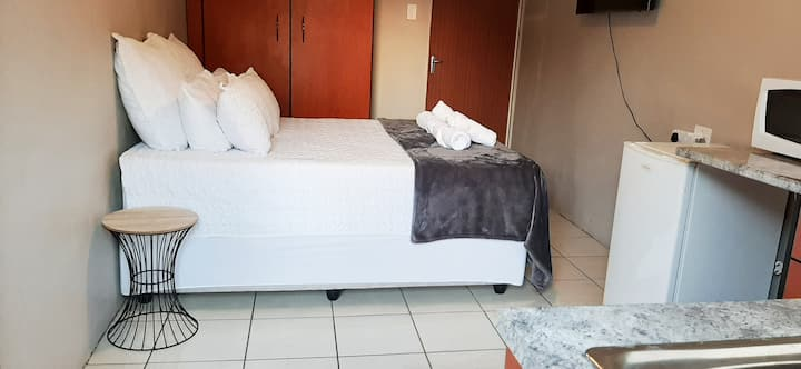 Dikeledi Bachelor Apartment in Turffontein