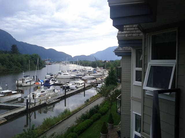 Waterfront; private bedroom & bath. - Squamish - Apto. en complejo residencial