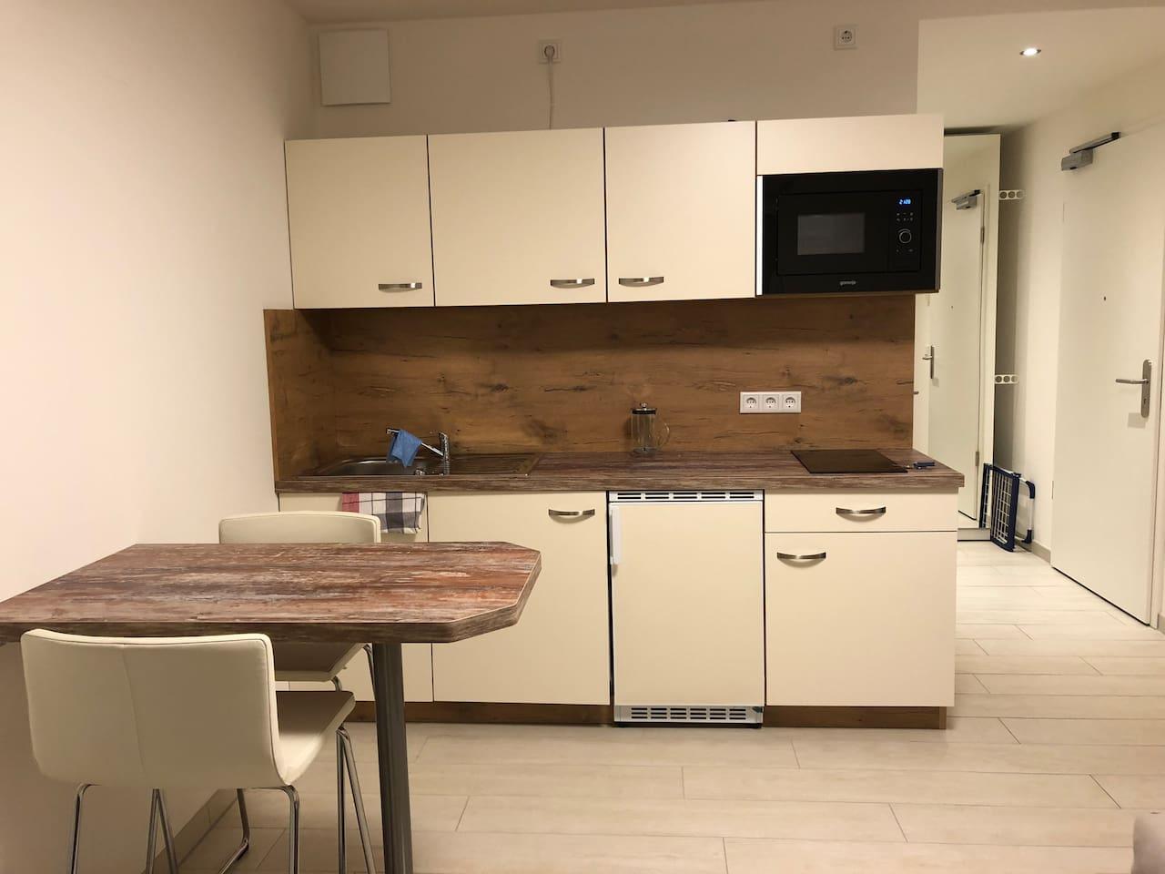 Küche, Kühlschrank, Waschmaschine, Geschirr und Kochuntensilien