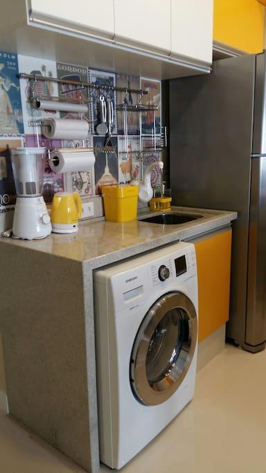 Cozinha toda equipada. Máquina  de lavar e secar roupas. Eletrodomésticos novíssimos!