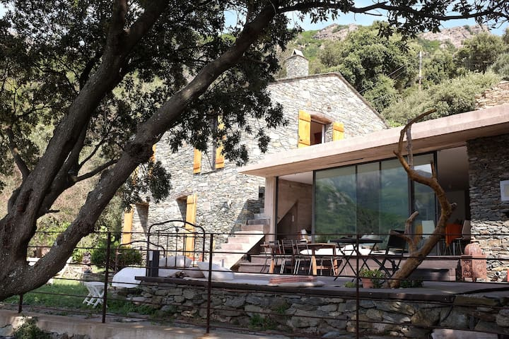 Maison d'architecte au sommet de la vallée