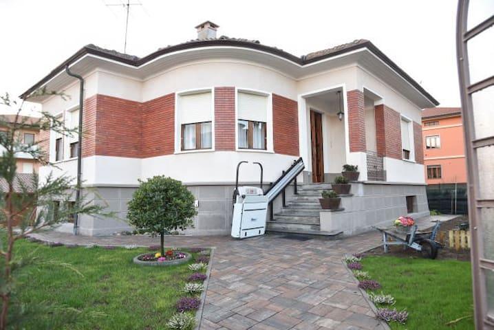 L'Agrifoglio,villa tranquilla  in centro citta' - Gattinara