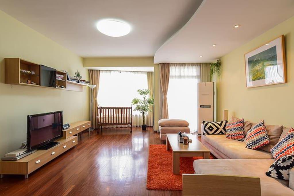 主客厅超大舒适沙发+贵妃椅,适合6-8人左右朋友聚会