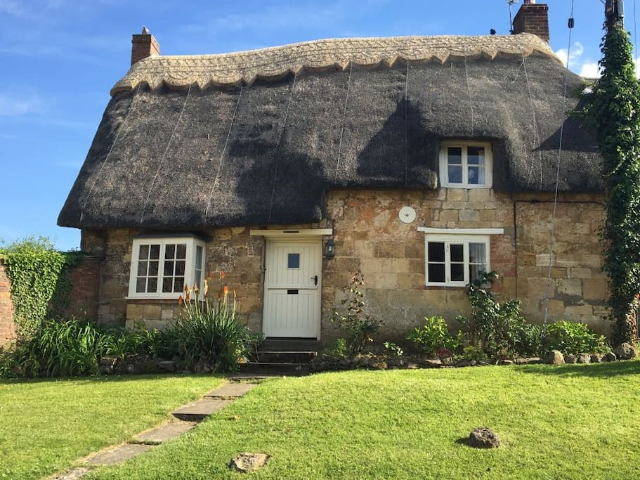 Beautiful 17th Century Thatched Cotswold Cottage