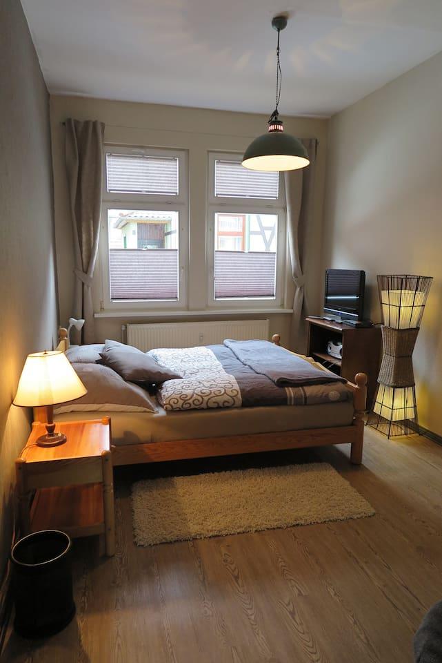 Schlafzimmer 1 mit LED-TV, DVD-Player und Bett 1.60m breit