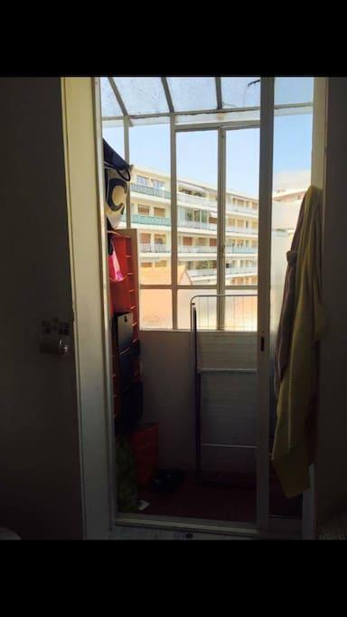 Côté cour, un débarras avec verrière côté salle de bain, mais vitre masquante.