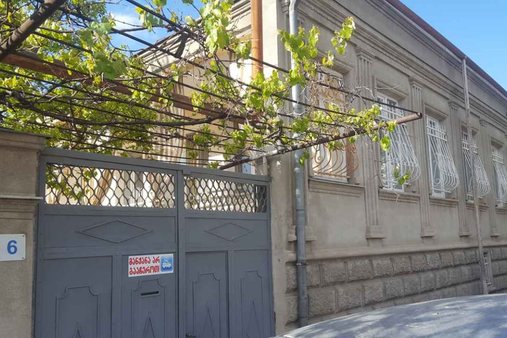 housefront (street side) - фасад дома с улицы