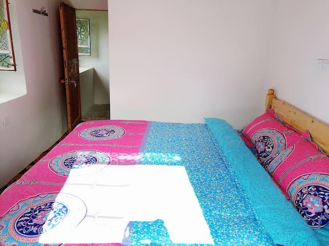 藏式房三号,一米八大床房,独立卫浴。地毯哦,希望各位朋友爱护卫生哈。