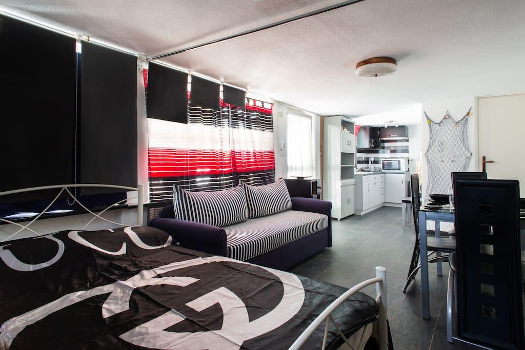 Κρεβατοκάμαρα με διπλό κρεβάτι στο κατάλυμα Άρης. Bedroom with double bed in the apartment Aris. Спальня с двуспальной кроватью в квартире Арис.