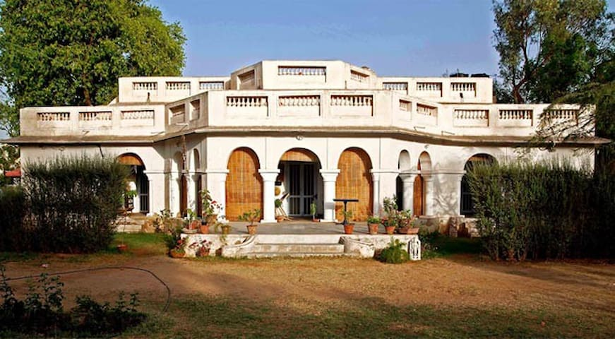 A Colonial Bungalow with gardens in Ajmer! - Ajmer - Bungalow