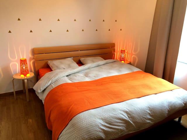 Quiet cozy room & king-size bed! - Mechelen - Casa