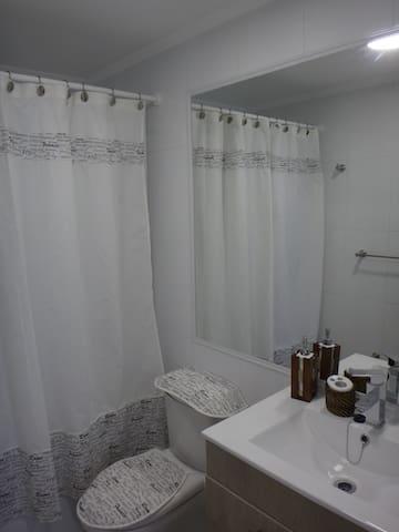 Baño principal equipado completo