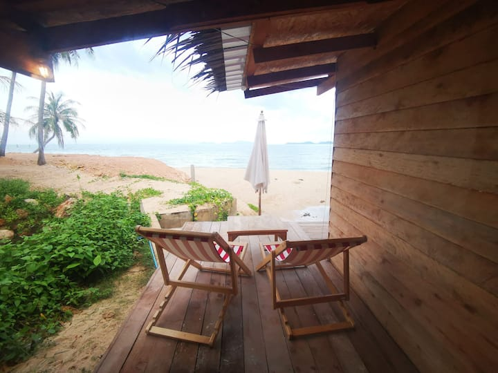 Eco friendly bungalow, direct access to the sea