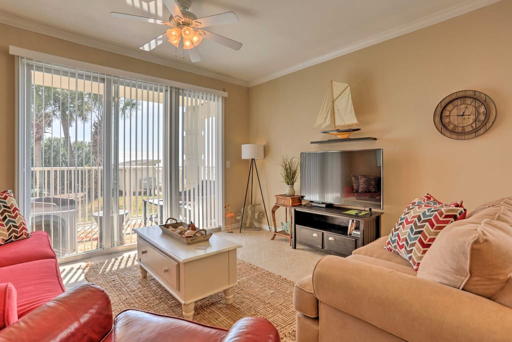 This 2-bed, 2-bath condo hosts 6 guests for a quintessential Gulf Coast escape.