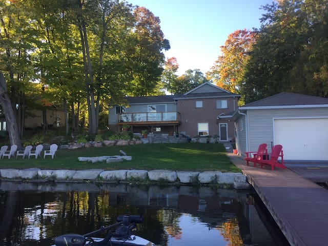Beautiful Buckhorn lakeview (waterfront) cottage